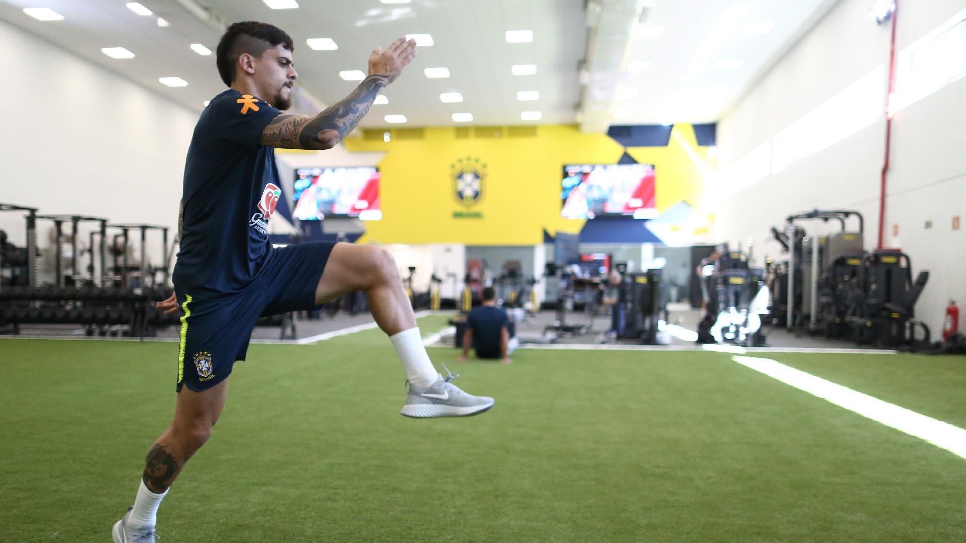 Fagner faz atividade física na seleção brasileira