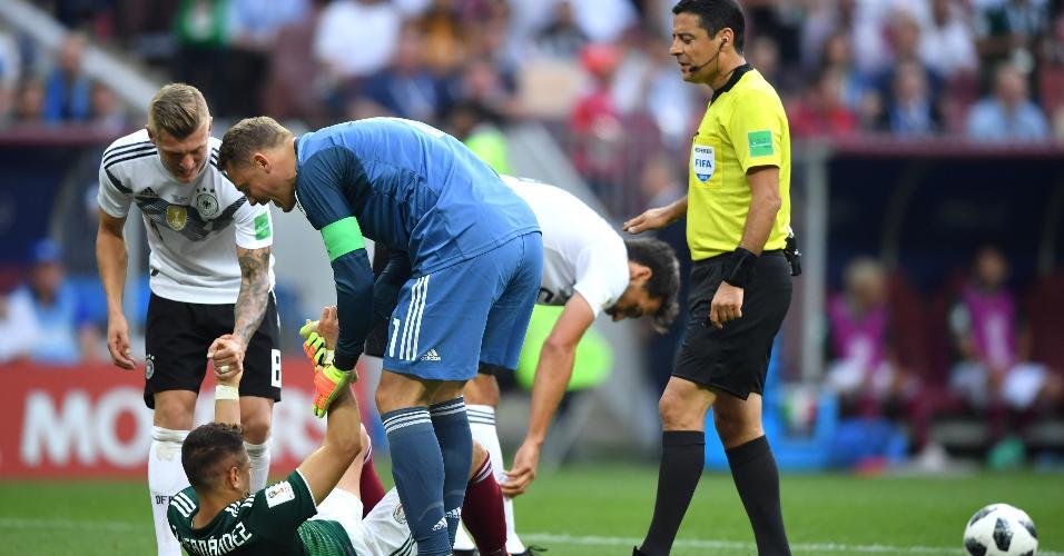 Manuel Neuer, da seleção da Alemanha, ajuda Javier Hernandez a se levantar