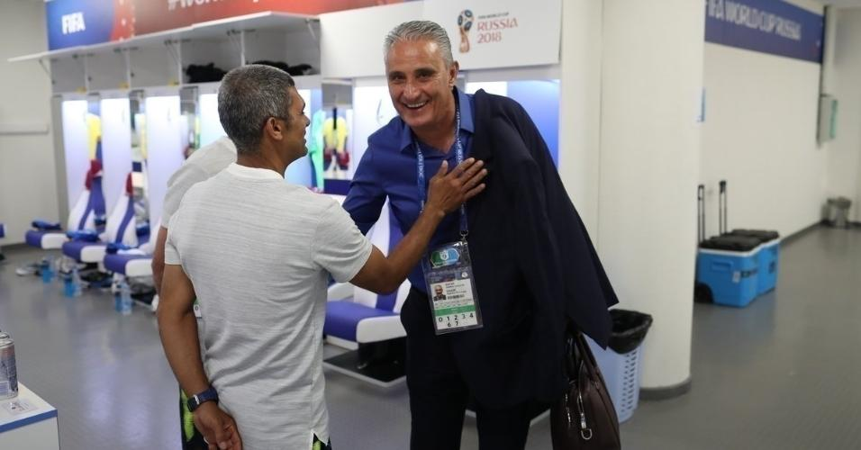 Tite chega ao vestiário da seleção brasileira
