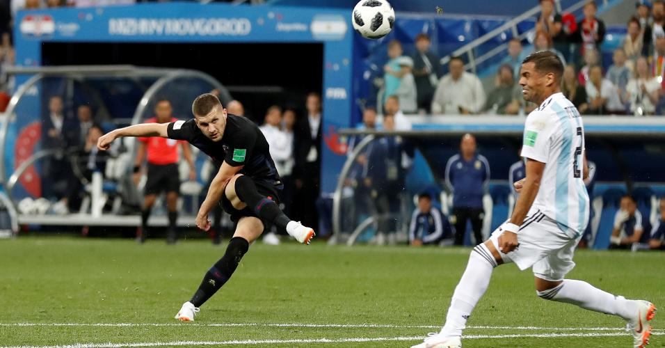 O meia da Croácia Ante Rebic arrisca chute no gol da Argentina