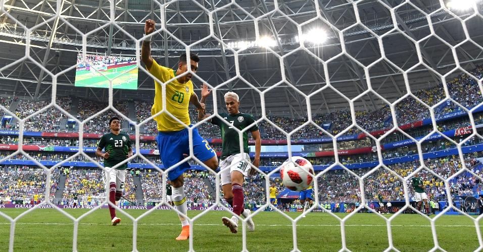 Firmino aparece livre para marcar o segundo gol do Brasil na partida contra o México