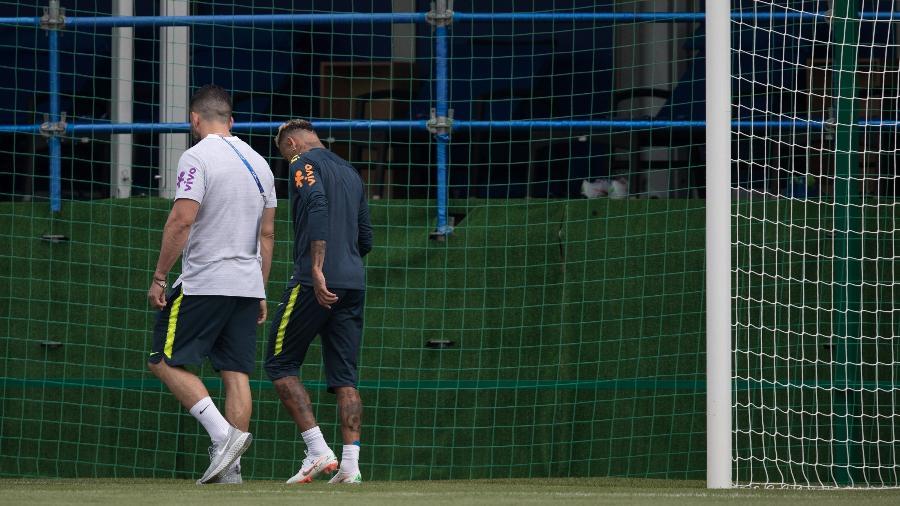 Neymar deixa o treino da seleção brasileira com dores no tornozelo durante a Copa - Pedro Martins / MoWA Press