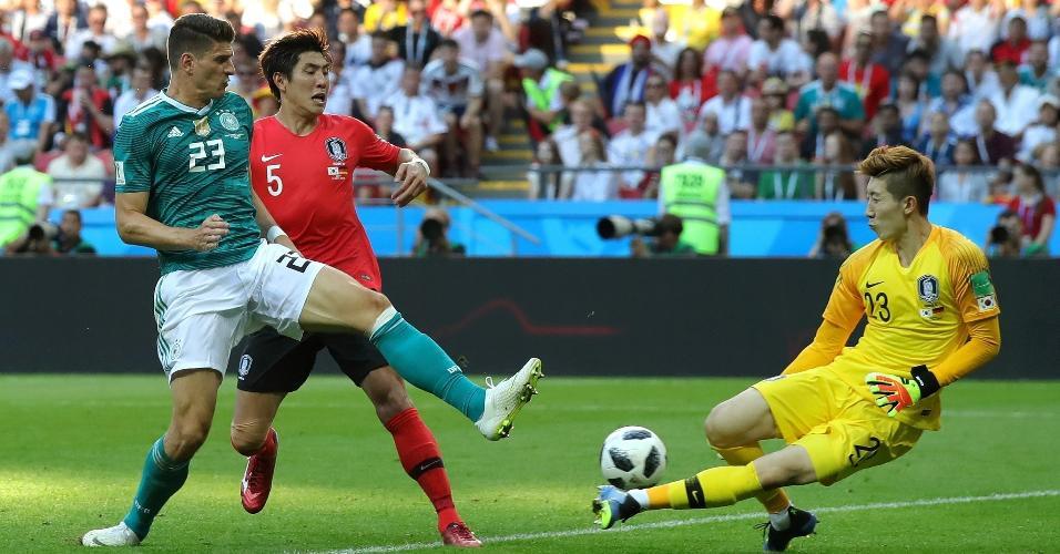 Hyeonwoo Jo, da Coreia do Sul, faz boa defesa em lance com Mario Gomez, da Alemanha