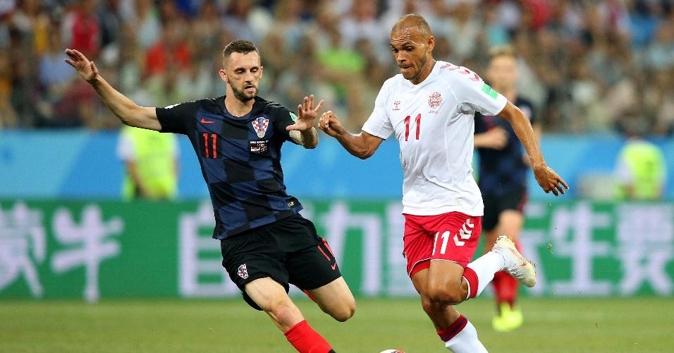 Martin Braithwaite, da Dinamarca, é cercado por Marcelo Brozovic, da Croácia