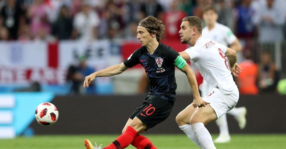 Luka Modric, da Croácia, em ação contra o Jordan Henderson, da Inglaterra