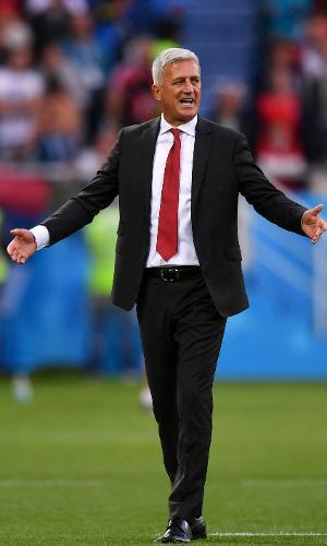 O treinador Vladimir Petkovic reclama com o árbitro durante o jogo entre Sérvia e Suíça