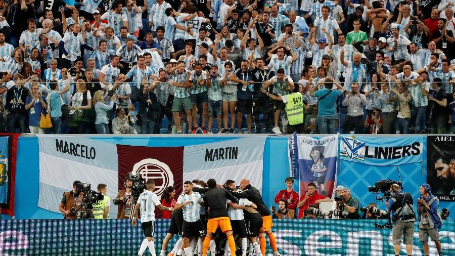 Jogadores da Argentina comemoram gol e vibram ao lado da torcida - Toru Hanai/Reuters