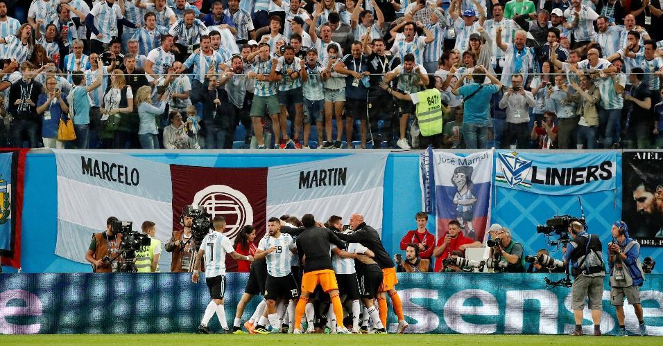 Jogadores da Argentina comemoram gol e vibram ao lado da torcida