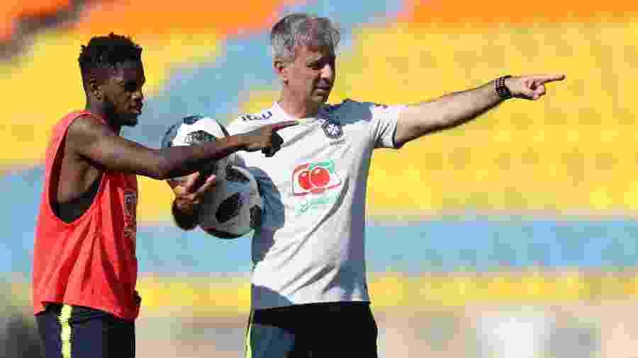 Fábio Mahseredjian orienta meia Fred durante treino da seleção brasileira - Lucas Figueiredo/CBF
