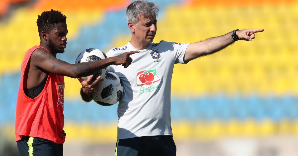 Fábio Mahseredjian orienta meia Fred durante treino da seleção brasileira