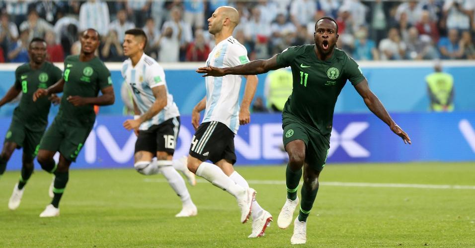 Victor Moses comemora gol da Nigéria contra a Argentina