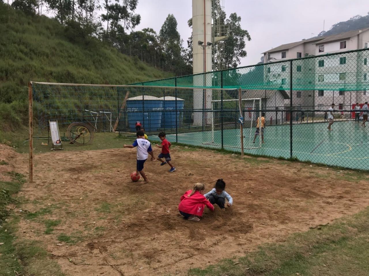 Crianças brincam na área de lazer do Parque Residencial Ermitage