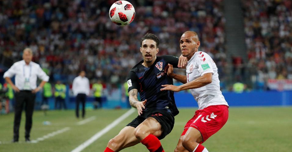 Sime Vrsaljko, da Croácia, disputa bola com Martin Braithwaite, da Dinamarca
