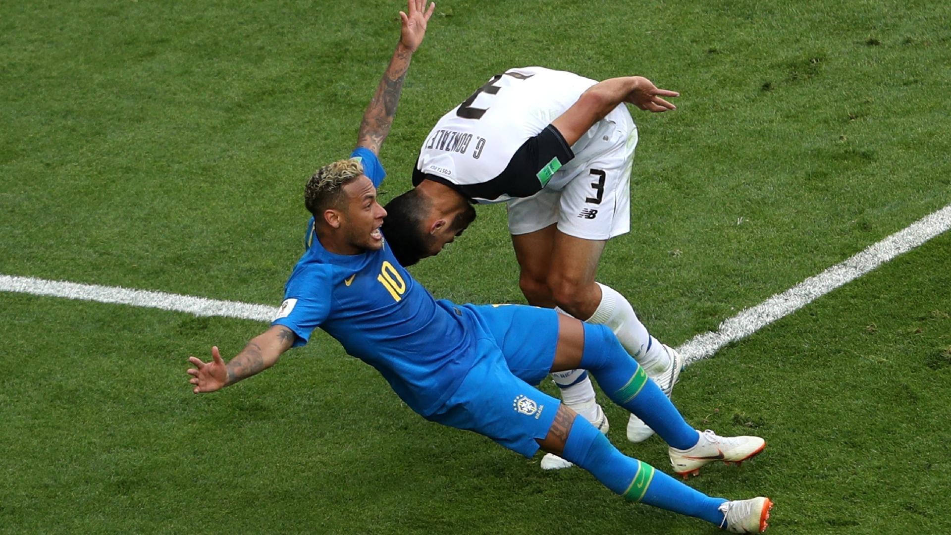 Neymar cai dentro da área e juiz deu penalidade. Mas decisão foi cancelada após o VAR