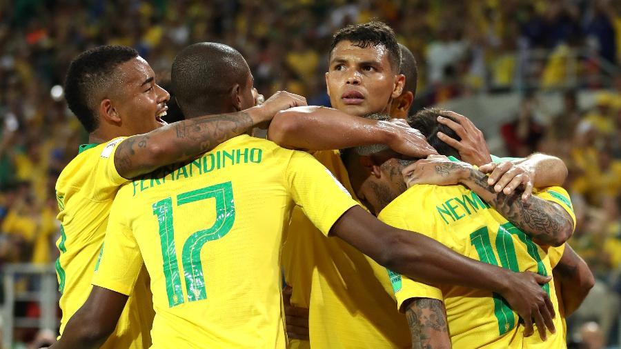 Com semblante sério, Thiago Silva (ao centro) comemora seu gol na vitória so Brasil sobre a Sérvia por 2 a 0 em Moscou - Michael Steele/Getty Images