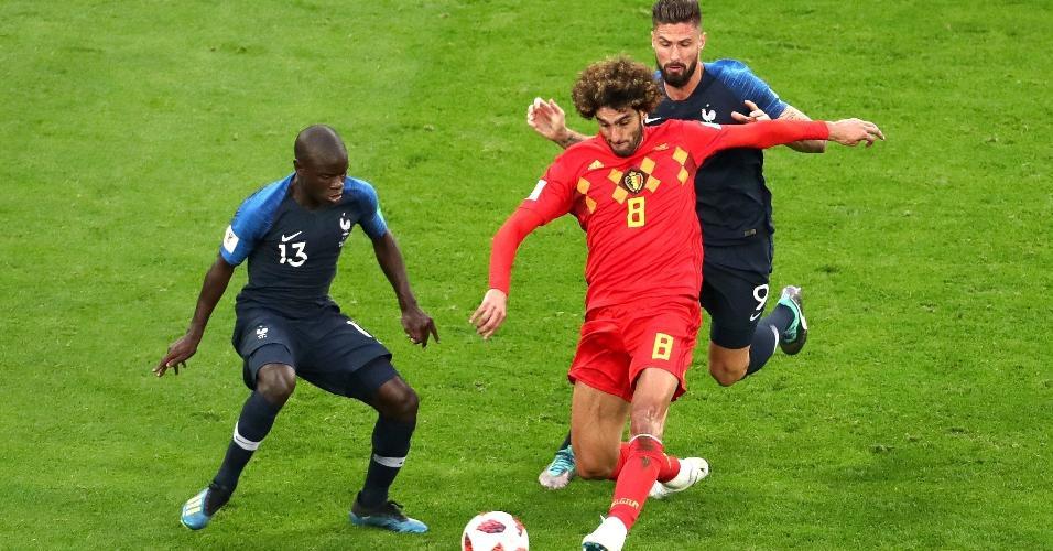 Marouane Fellaini, da Bélgica, disputa bola em lance contra Ngolo Kanté e Olivier Giroud, da França
