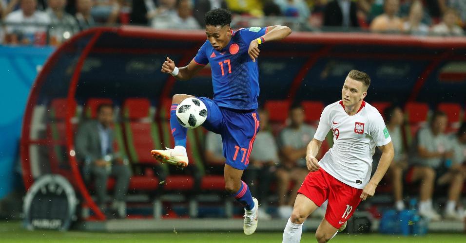 Johan Mojica, da Colômbia, domina a bola e é cercado por Piotr Zielinski, da Polônia