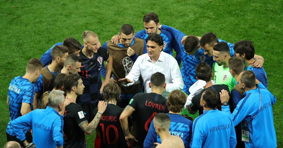 Zlatko Dalic, técnico da Croácia, conversa com sua equipe durante pausa técnica antes da prorrogação
