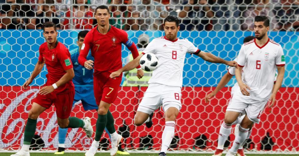 Morteza Pouraliganji, do Irã, afasta a bola após ataque de Portugal