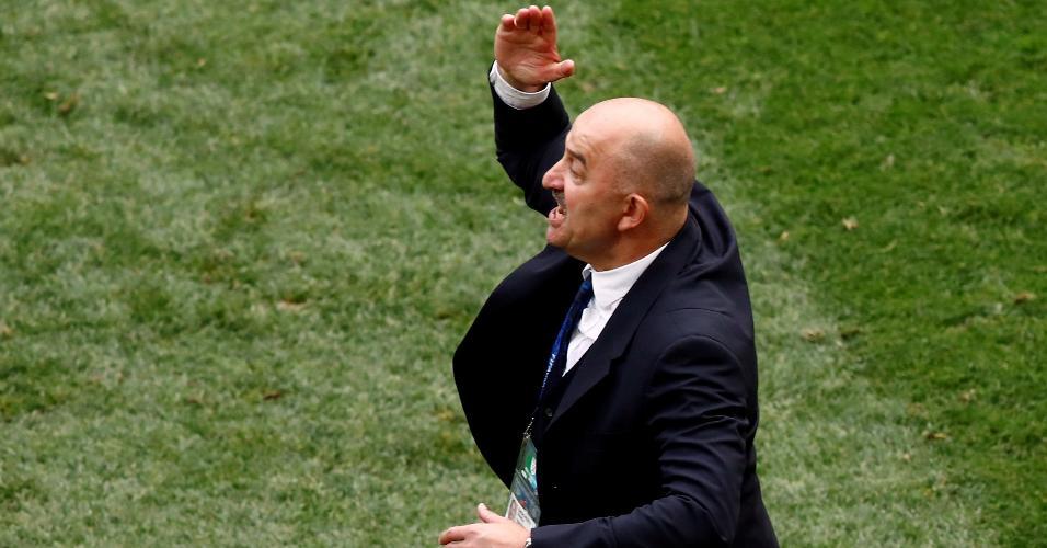 O treinador da Rússia, Stanislav Cherchesov, ergue o braço no jogo contra a Espanha