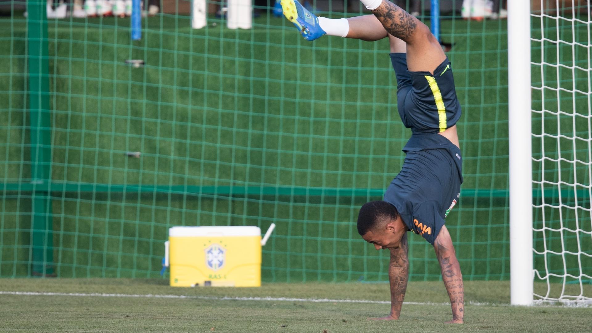 Gabriel Jesus planta bananeira durante treino da seleção brasileira