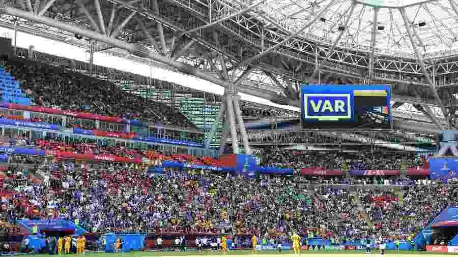 Telão na Arena Kazan informa que jogada está sendo analisada pelo VAR. O árbitro decidiu mudar sua decisão inicial ao rever o lance. A França cobrou pênalti e abriu placar com Griezmann - AFP