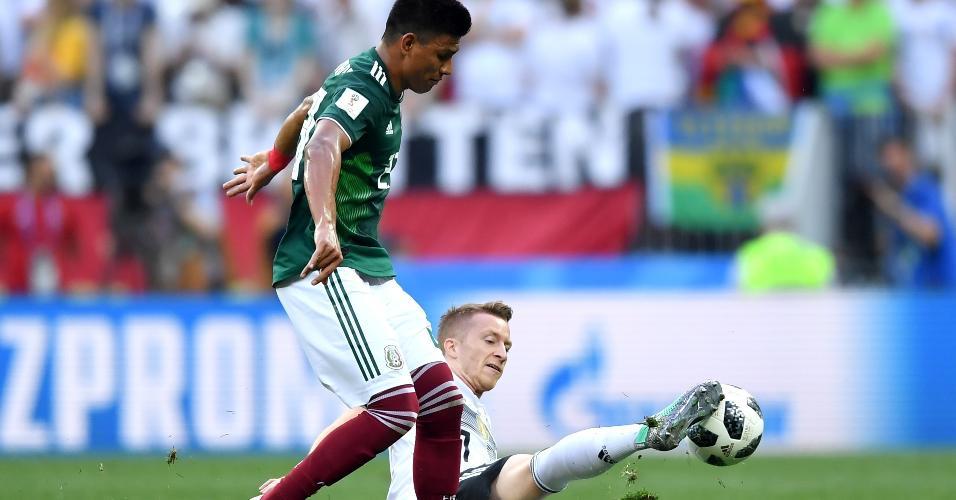 Marco Reus tira bola de Edson Alvarez, da seleção do México