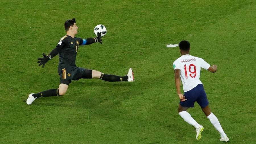 Thibaut Courtois defende chute de Marcus Rashford no duelo entre Inglaterra e Bélgica - Gonzalo Fuentes/Reuters