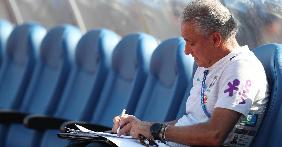 Tite faz anotações durante treino da seleção brasileira