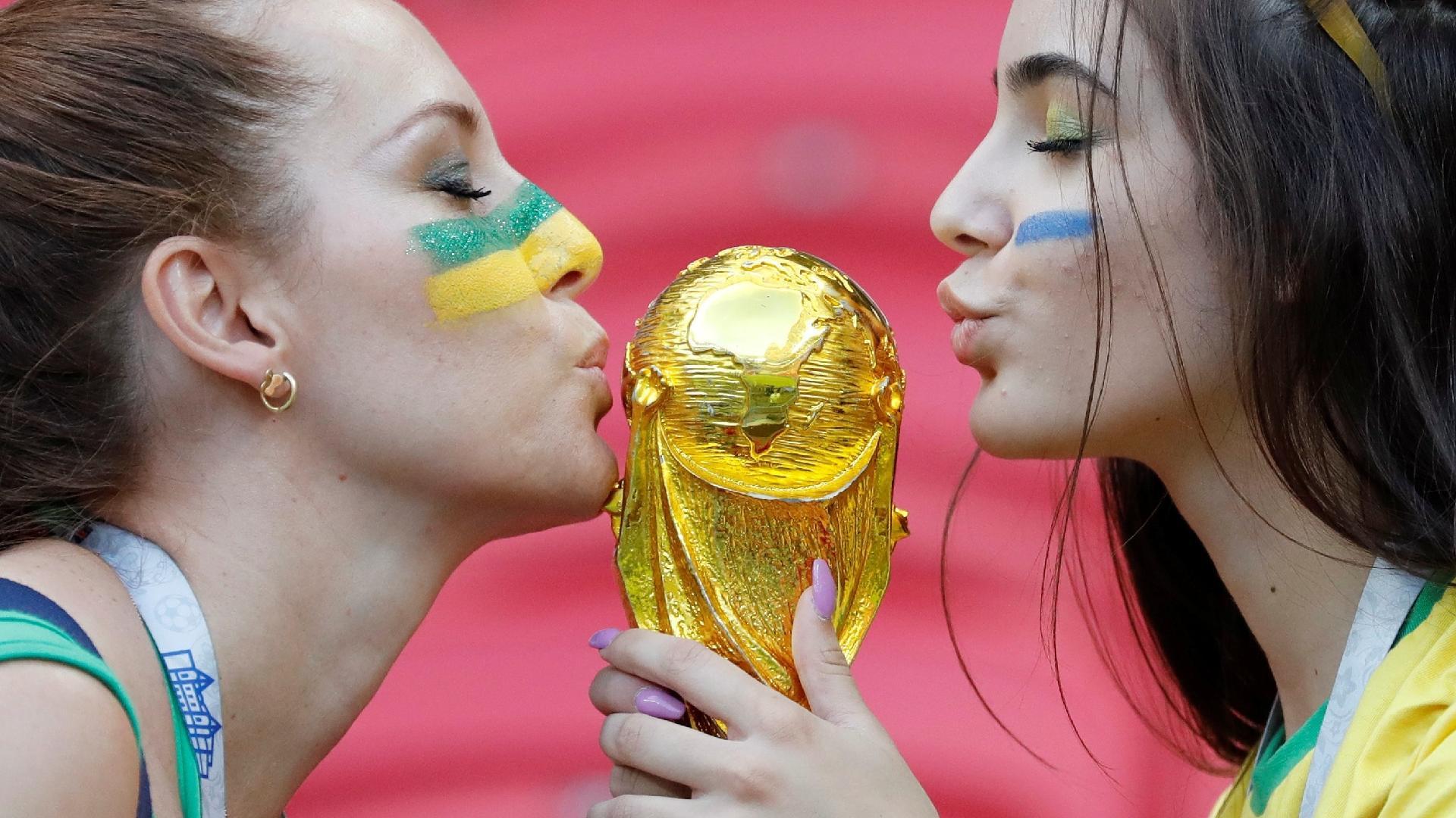 Torcedoras do Brasil beijam réplica da taça da Copa do Mundo antes de duelo contra a Bélgica