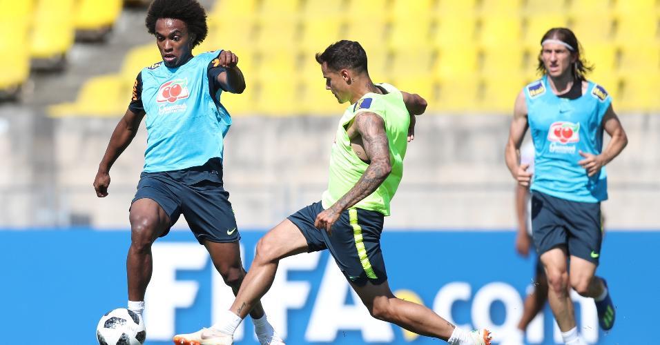 Willian e Philippe Coutinho disputam bola durante treino da seleção brasileira