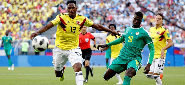 "Yerry Mina, da Colômbia, disputa bola com M""Baye Niang, de Senegal - Reuters"