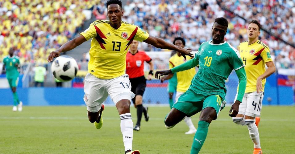 Yerry Mina, da Colômbia, disputa bola com M'Baye Niang, de Senegal