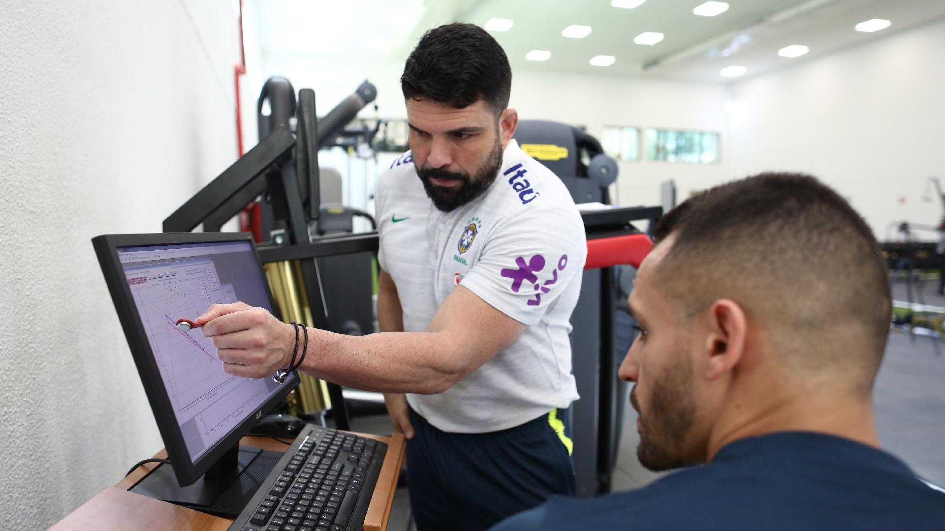 Fisioterapeuta Bruno Mazziotti conversa com meia Renato Augusto