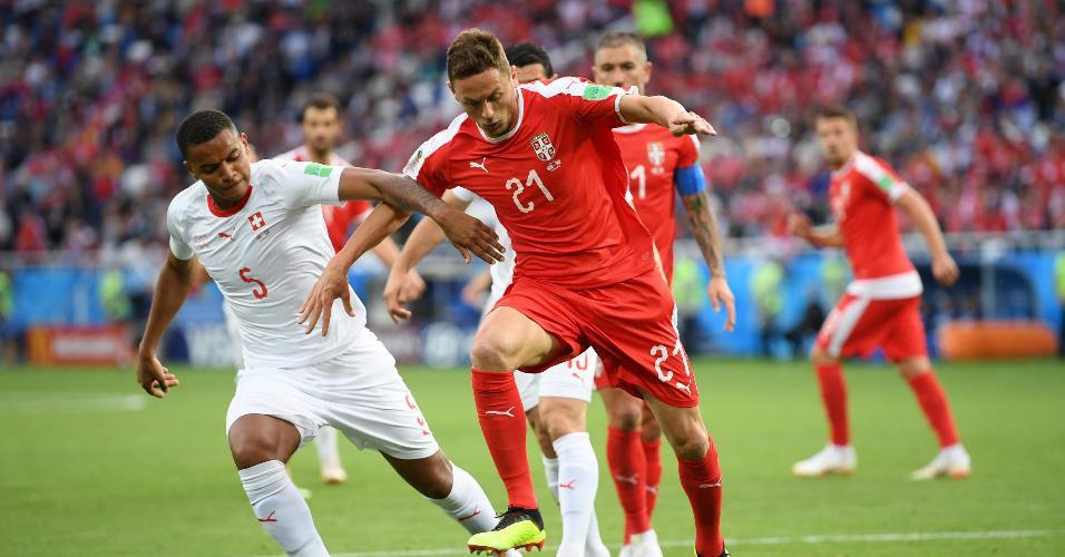 O volante Nemanja Matic, da Sérvia, protege a bola de Manuel Akanji, da Suíça