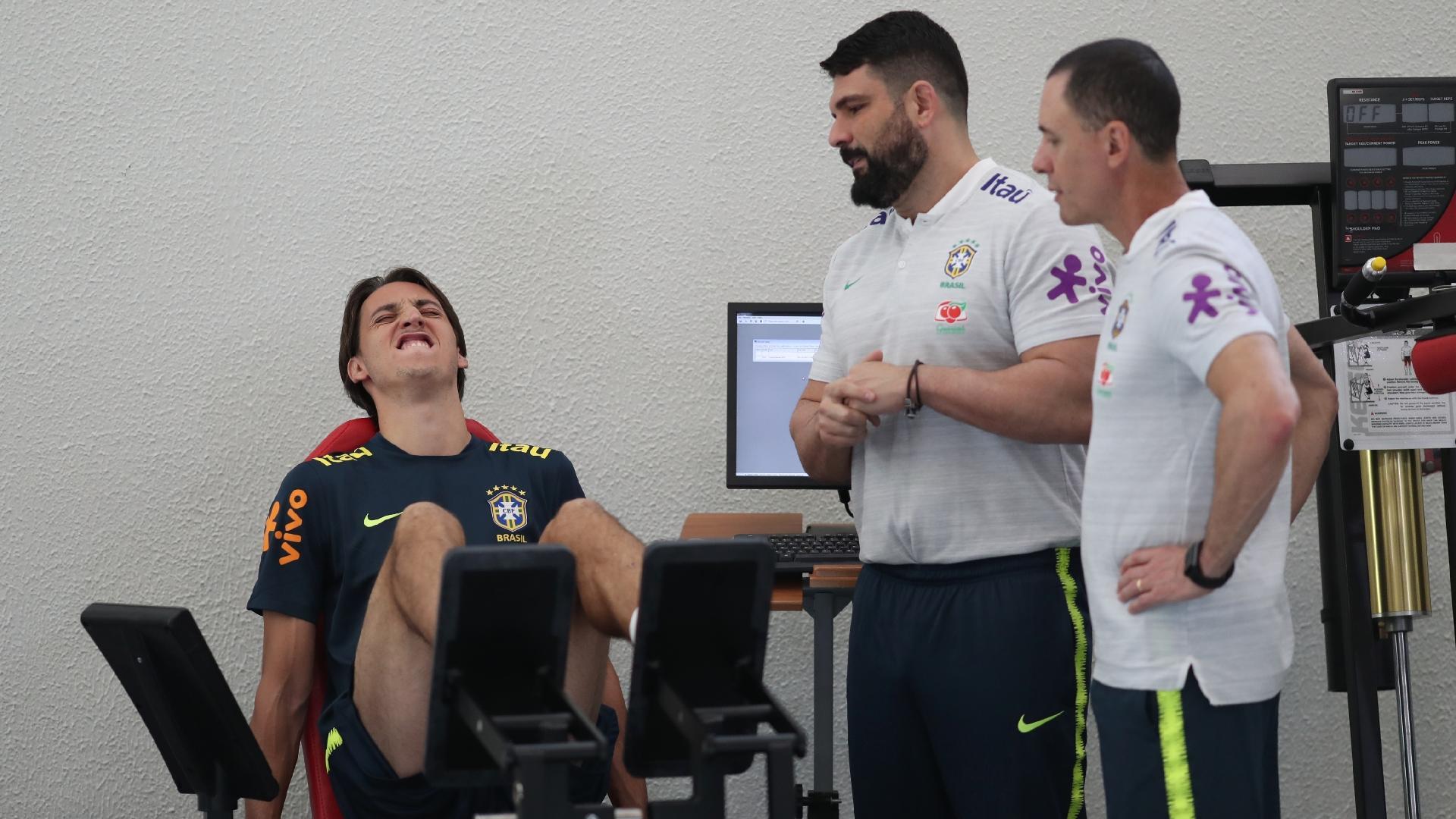 Pedro Geromel se esforça durante exame físico na Granja Comary