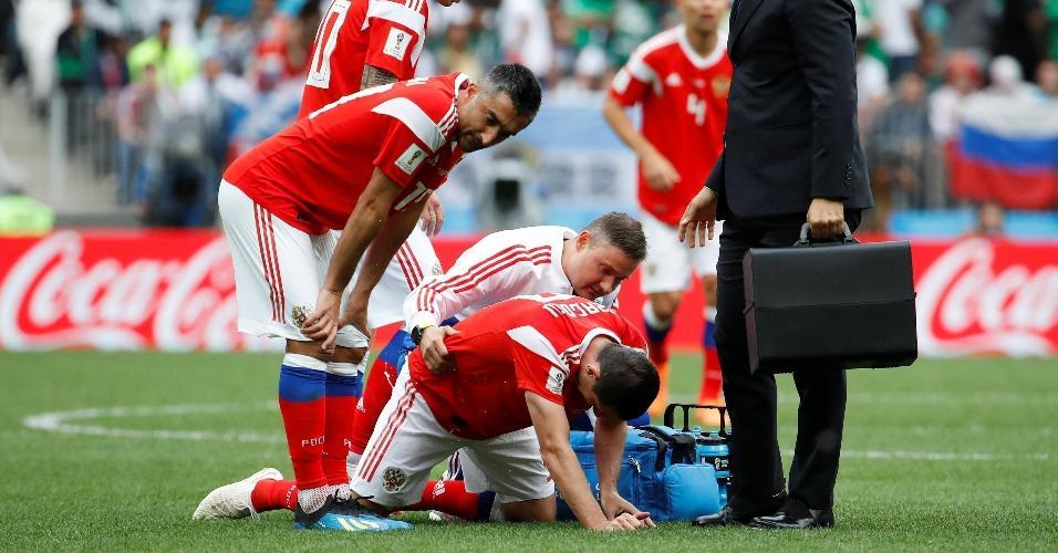 Alan Dzagoev, da seleção da Rússia, recebe atendimento médico durante partida contra Arábia Saudita