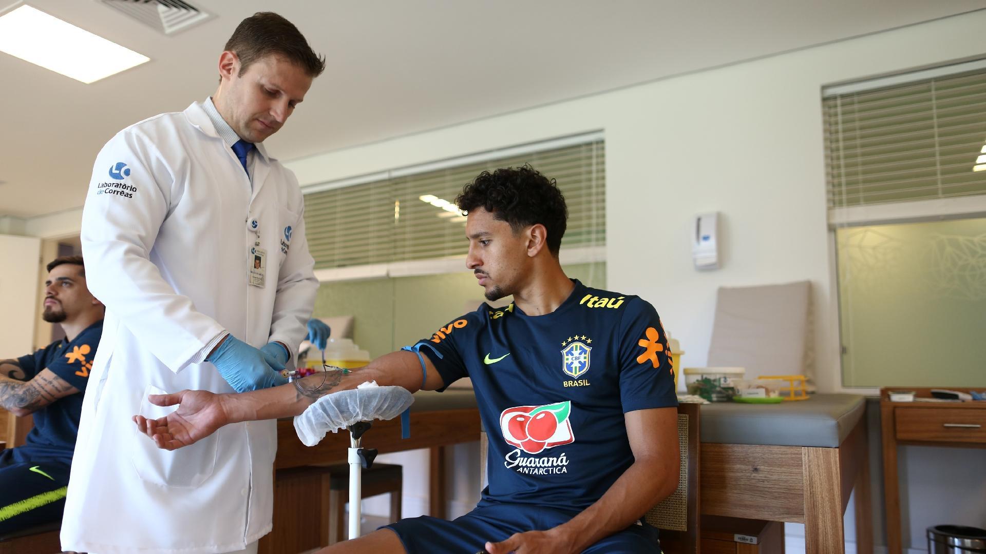 Marquinhos passa por exame de sangue na Granja Comary