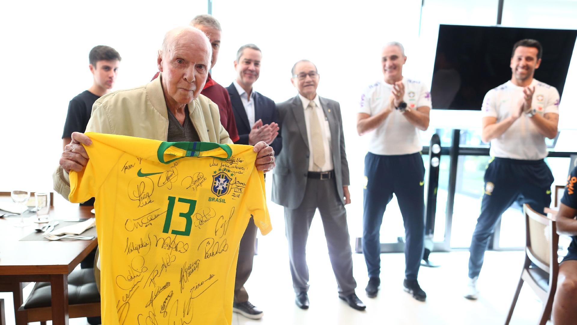 Zagallo recebe camisa autografada da seleção brasileira