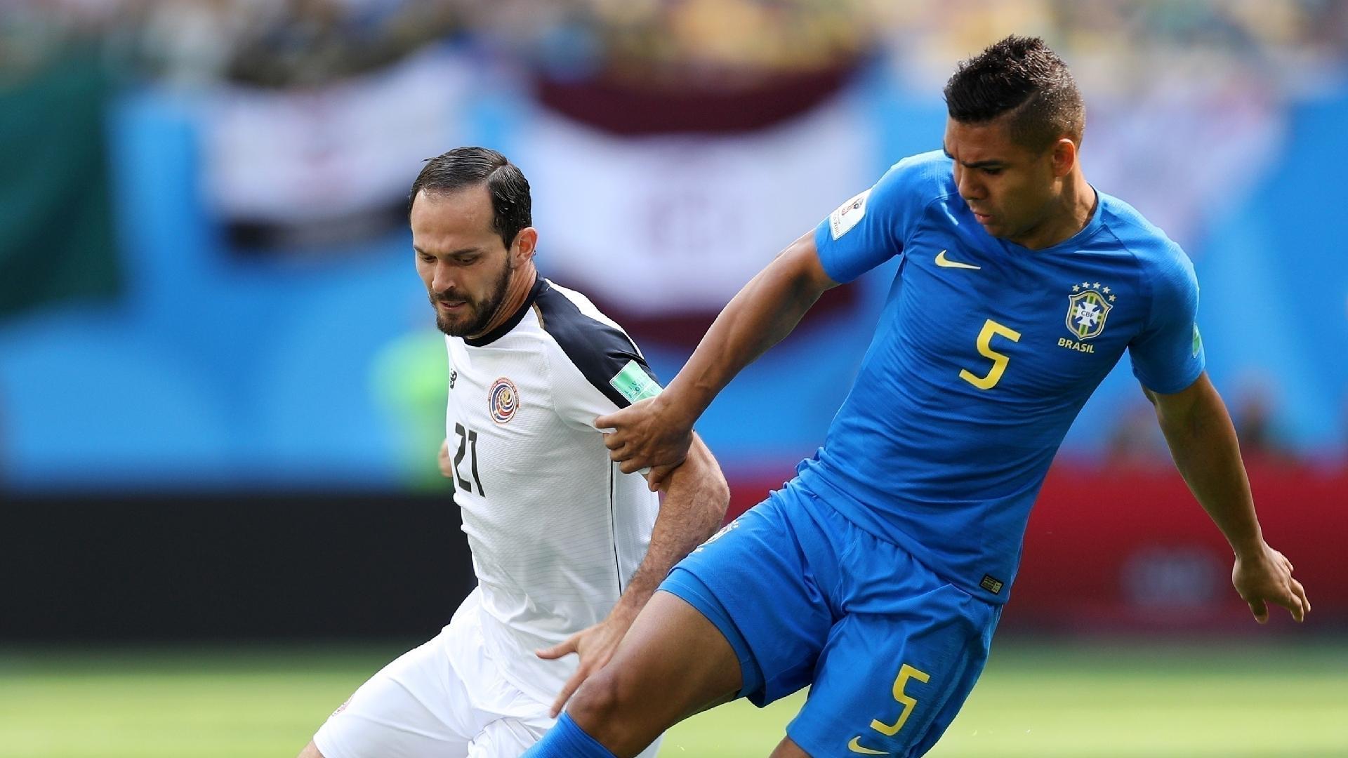 Casemiro disputa jogada no primeiro tempo da partida contra a Costa Rica