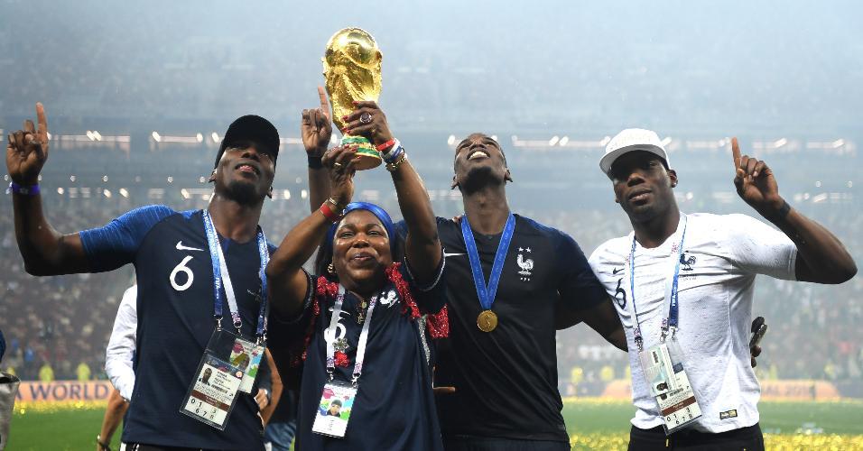 Mãe de Paul Pogba levanta a taça da Copa do Mundo