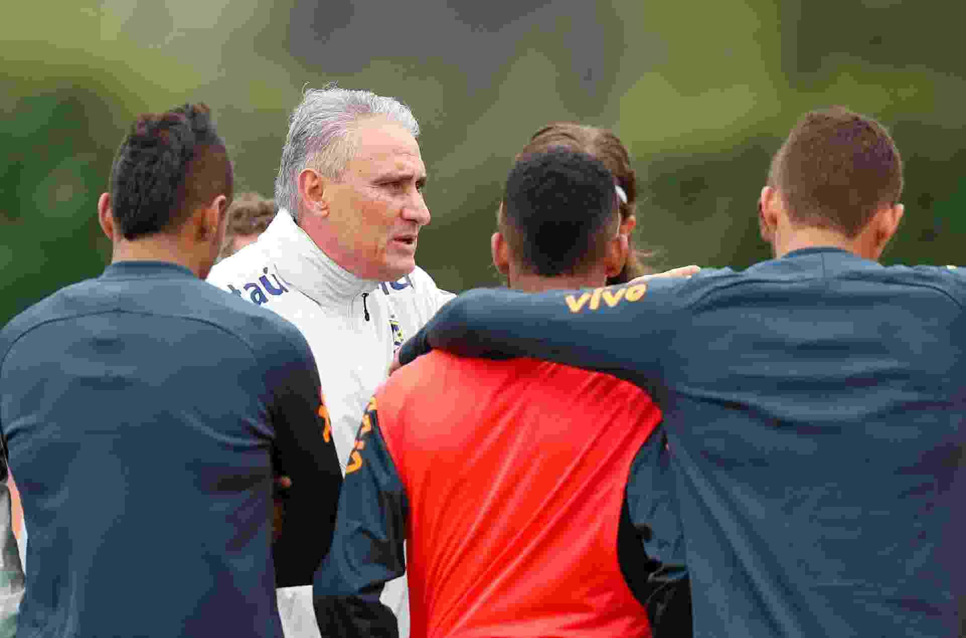 Tite orienta os jogadores durante treino da seleção brasileira - Reuters/Peter Cziborra