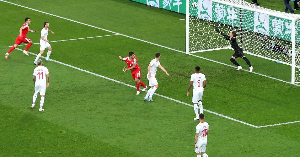 Após cruzamento de Dusan Tadic, Aleksandar Mitrovic faz gol para a Sérvia contra a Suíça