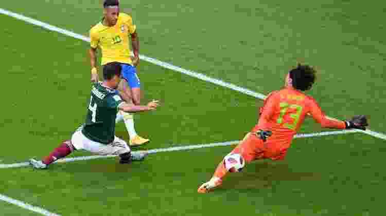 Primeira grande chance da seleção na partida. Neymar cortou dois marcadores e chutou. Ochoa fez grande defesa - Getty Images - Getty Images