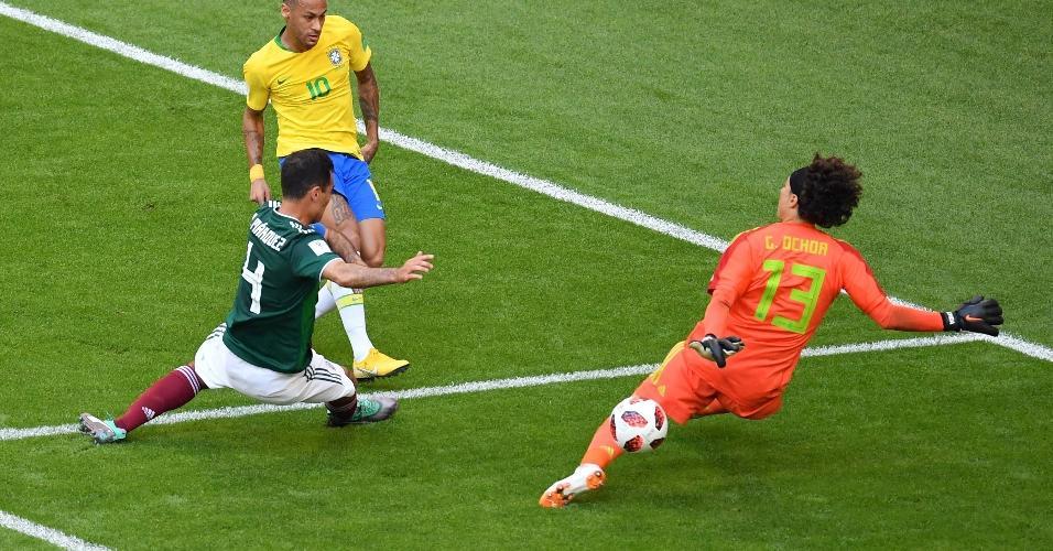 Primeira grande chance da seleção na partida. Neymar cortou dois marcadores e chutou. Ochoa fez grande defesa