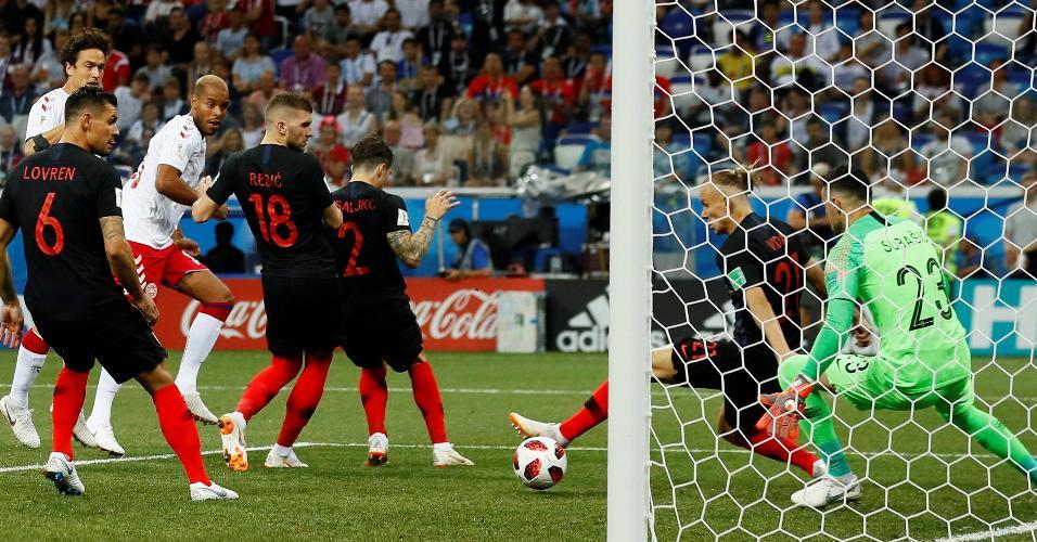 Mathias Jorgensen abre o placar para a Dinamarca após falha da defesa da Croácia