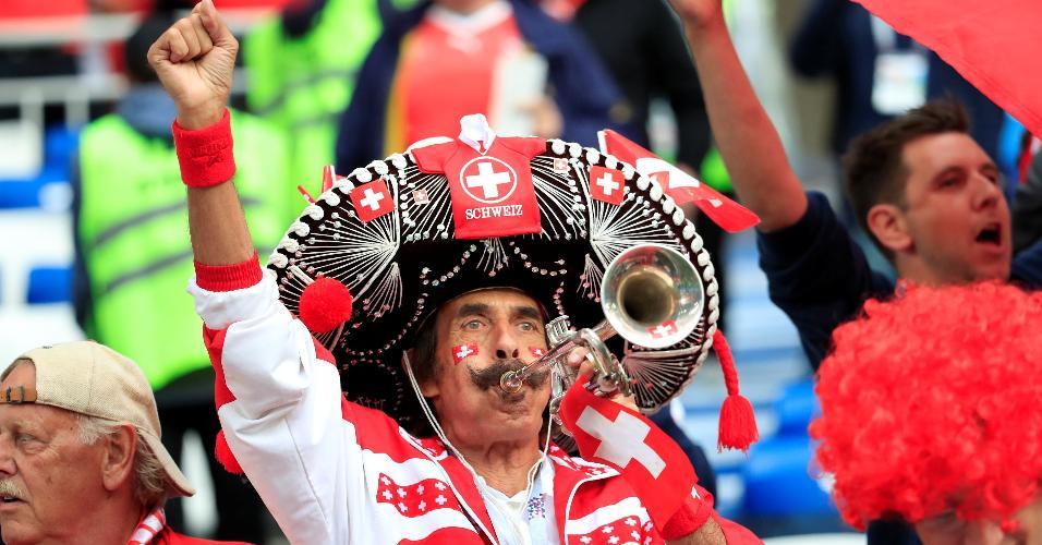 Torcedor da Suíça leva trompete ao Estádio de Kaliningrado para duelo contra a Sérvia