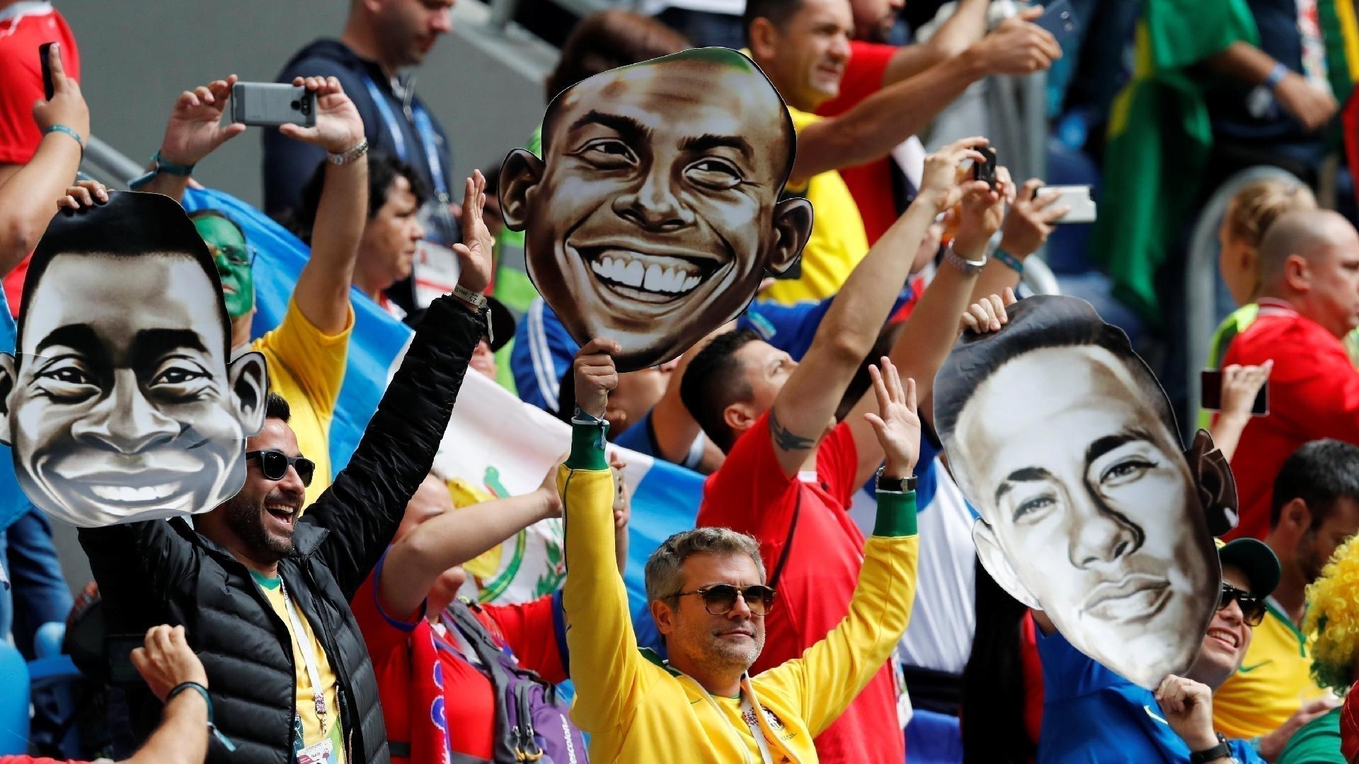 Torcida reverencia Neymar, Ronaldo e Pelé