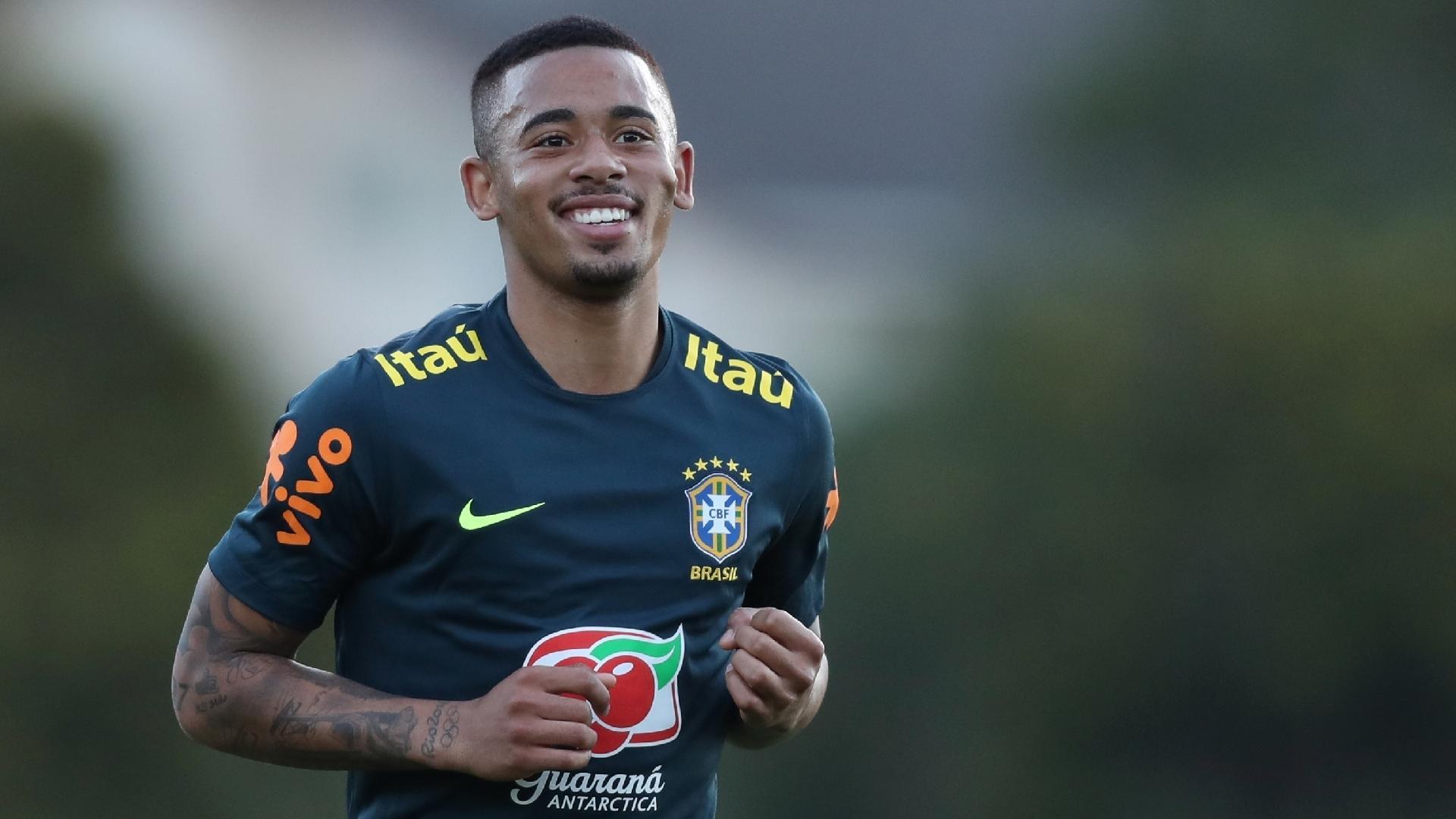Gabriel Jesus sorri durante treino da seleção brasileira