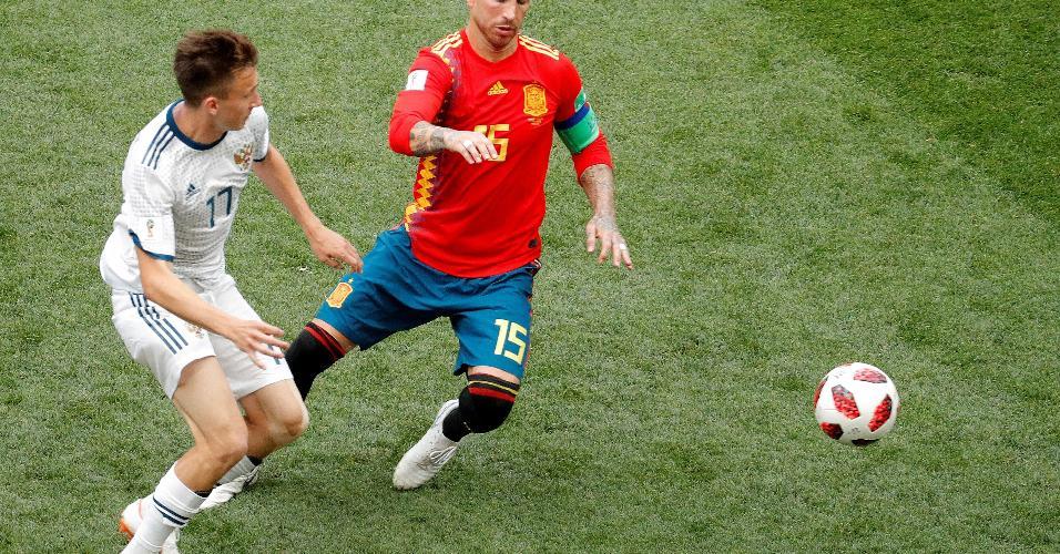 Sergio Ramos, capitão da Espanha, tenta ganhar a bola do meia Aleksandr Golovin, da Rússia
